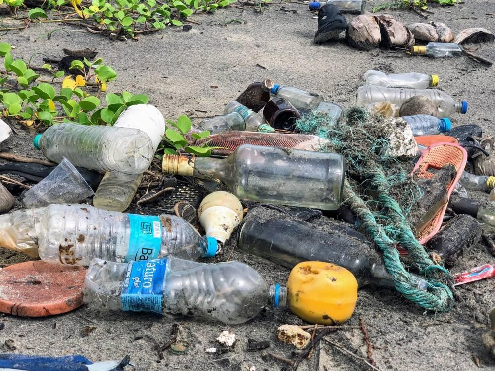 Viajar-de-forma-sustentavel-lixo-praia